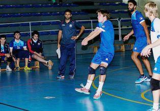 Juanfran dirigiendo al CV Oviedo, con Barri y los colegiales Tomi y Rafa.