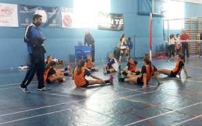 Las jugadoras colegialas, estirando tras el partido.
