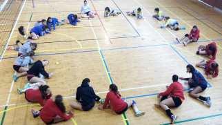 Las jugadoras realizando estiramientos en el Pabellón Braulio García.
