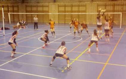 El equipo visitante bloquea un ataque del San Ignacio.