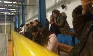 Buena presencia de espectadores en la grada del Polideportivo Municipal de Cangas de Onís.