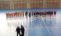 Los dos equipos saludan antes de iniciar el encuentro.