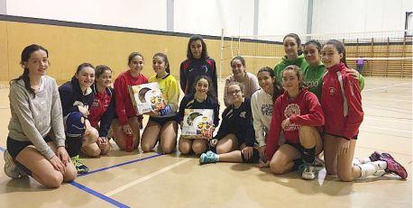 Las jugadoras infantiles, con el roscón de Reyes obsequio de la Federación.