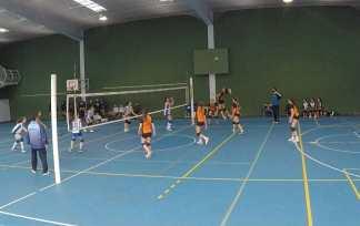 Vuelo de Blanca para rematar voleibol infantil San Ignacio Inmaculada