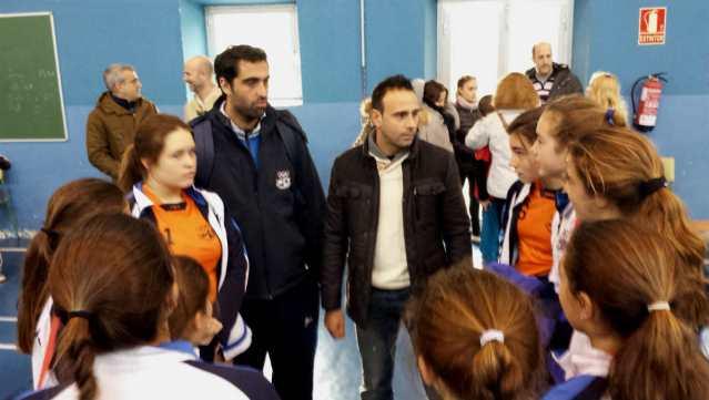 Juanfran junto a Barri conversa con las colegialas al final del encuentro.