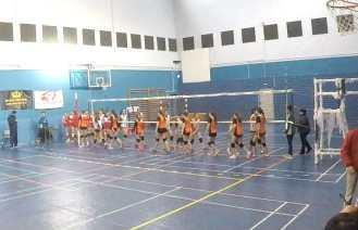 Las jugadoras del San Ignacio y el CID Jovellanos A se saludan al final del encuentro.