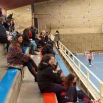 Aspecto de la grada del polideportivo colegial, con varias jugadoras del RGC Covadonga A en primer término.