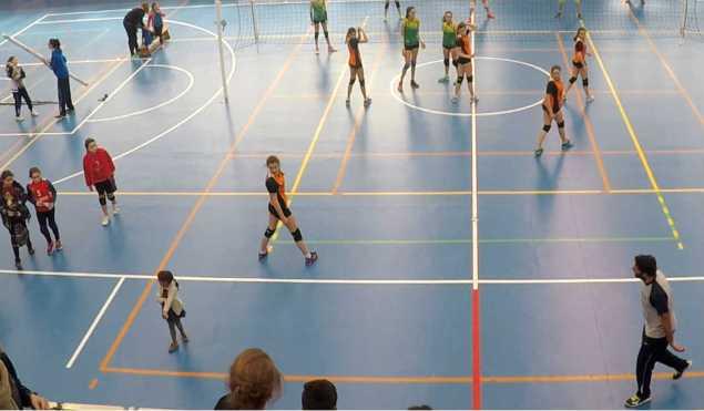 Las inevitable 'invasiones' en una mañana de mucho voleibol en el polideportivo colegial.